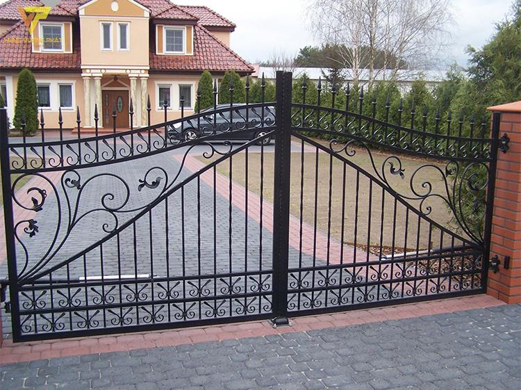 Cánh cổng và ngôi nhà