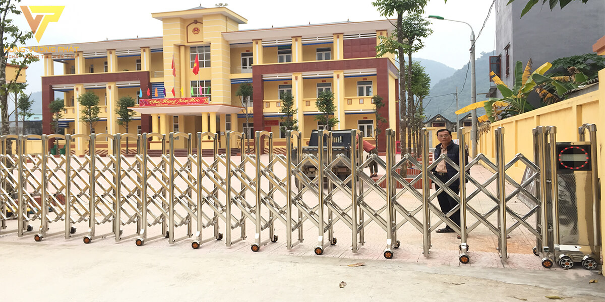 Lắp cổng xếp inox cho unbd thị trấn Bo