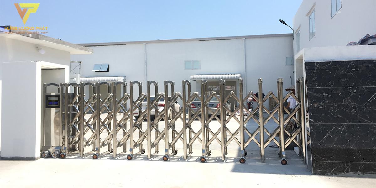Lắp cổng xếp inox cho công ty dược hương linh