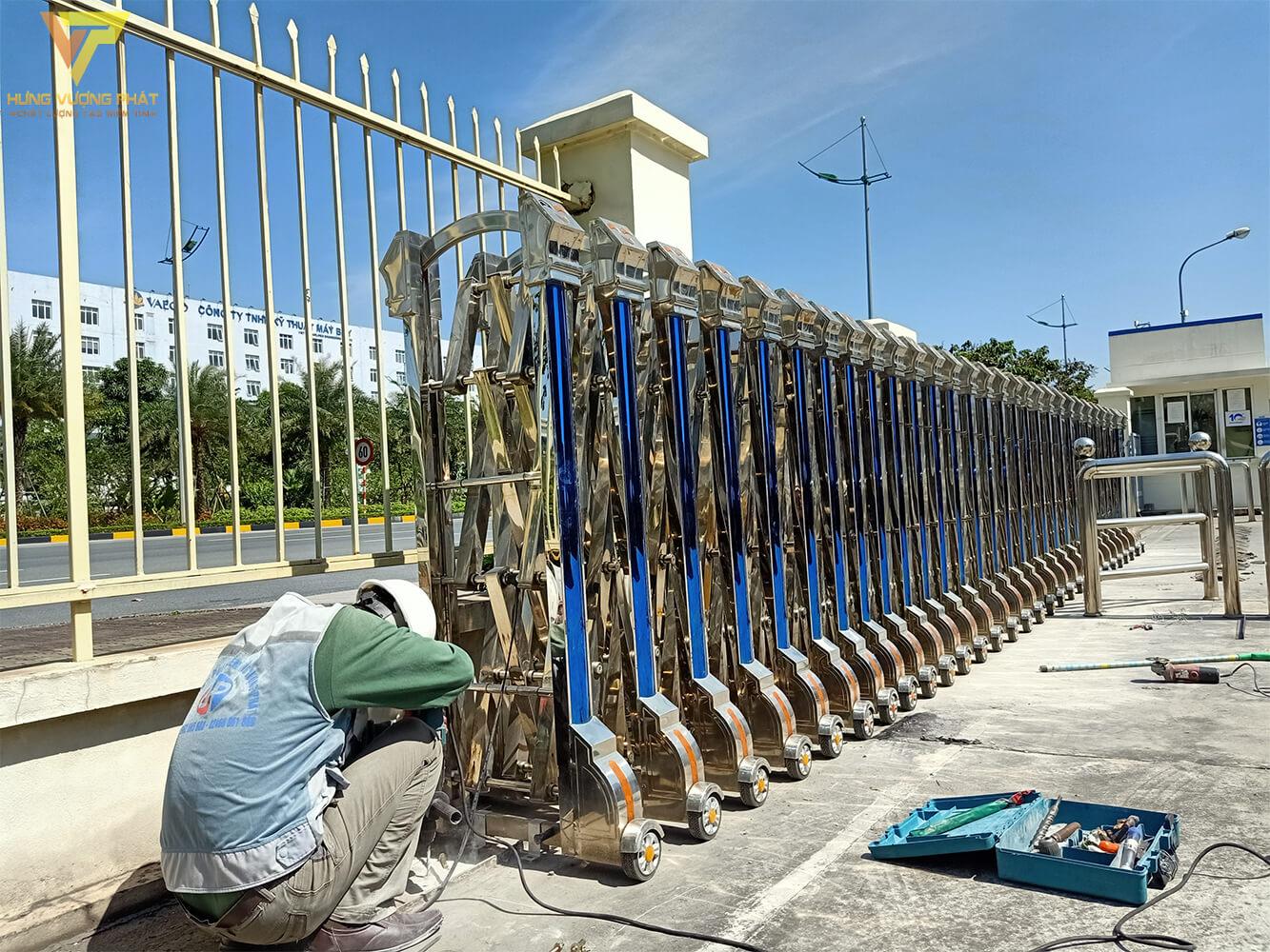 Thợ lắp cổng xếp