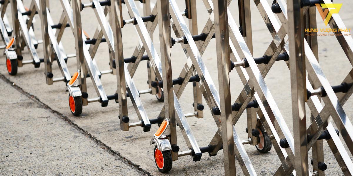 Bánh xe di chuyển nhờ lực kéo của cấu trúc cổng xếp