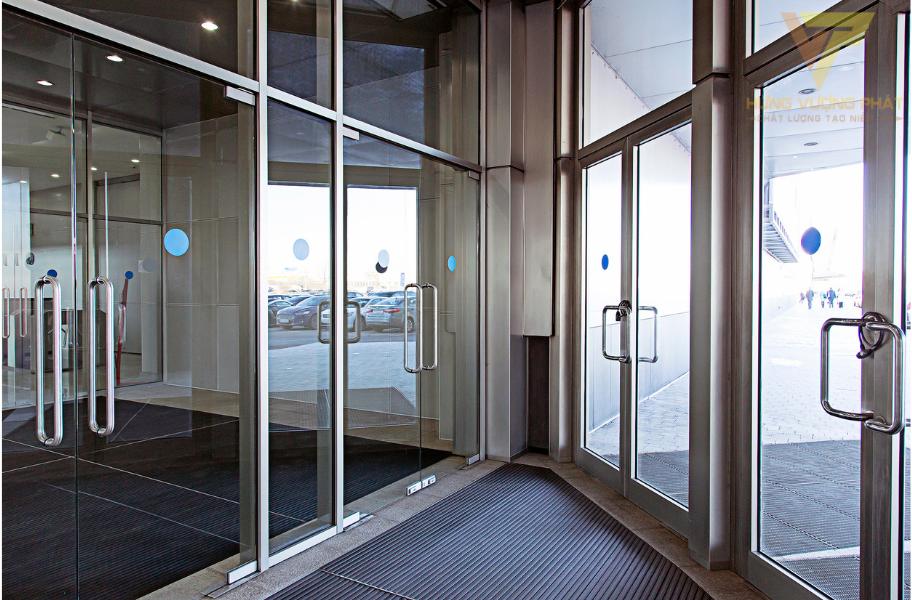 Cửa kính chống cháy là bất kỳ cửa nào sử dụng chất liệu kính cường lực chống cháy để làm cánh cửa.