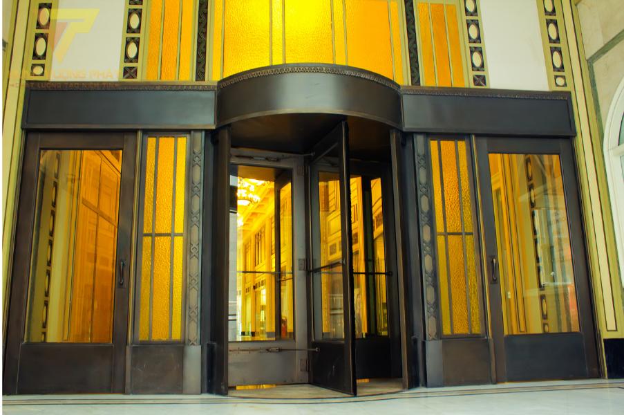 Cửa xoay tròn được sử dụng tại khách sạn