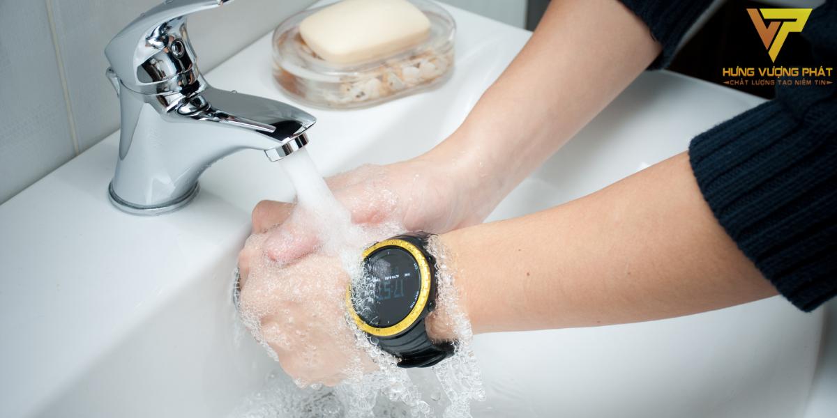 Đồng hồ chống nước Ip68 có thể hoạt động tốt trong môi trường nước, không cần phải tháo ra khi đi tắm hay vệ sinh.