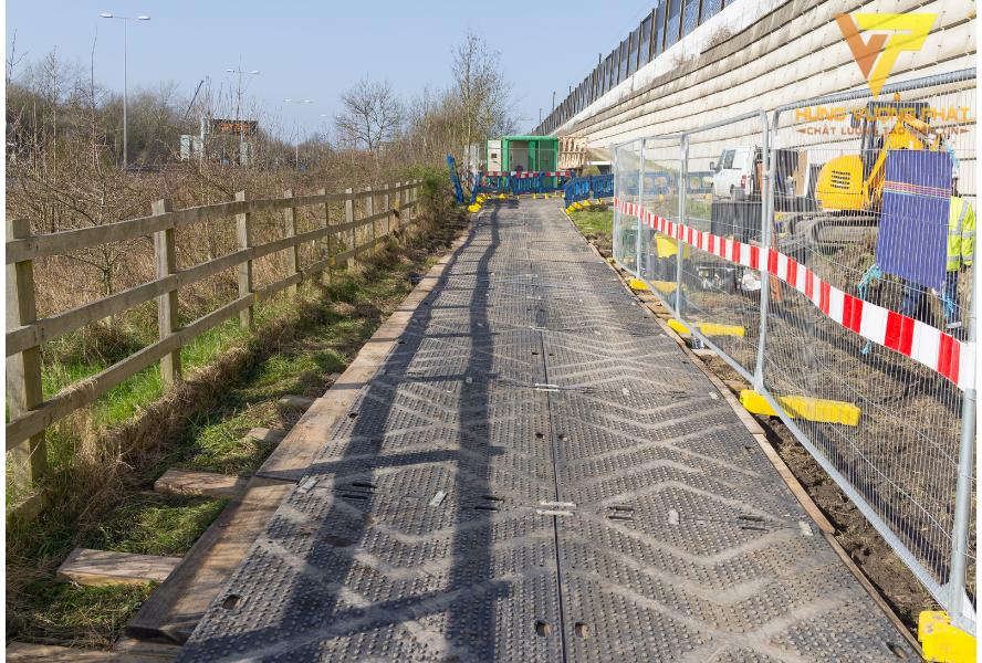 Hàng rào dài được sử dụng nhiều tại các công trình, trên đường lộ, cây xăng hay khu dân cư…