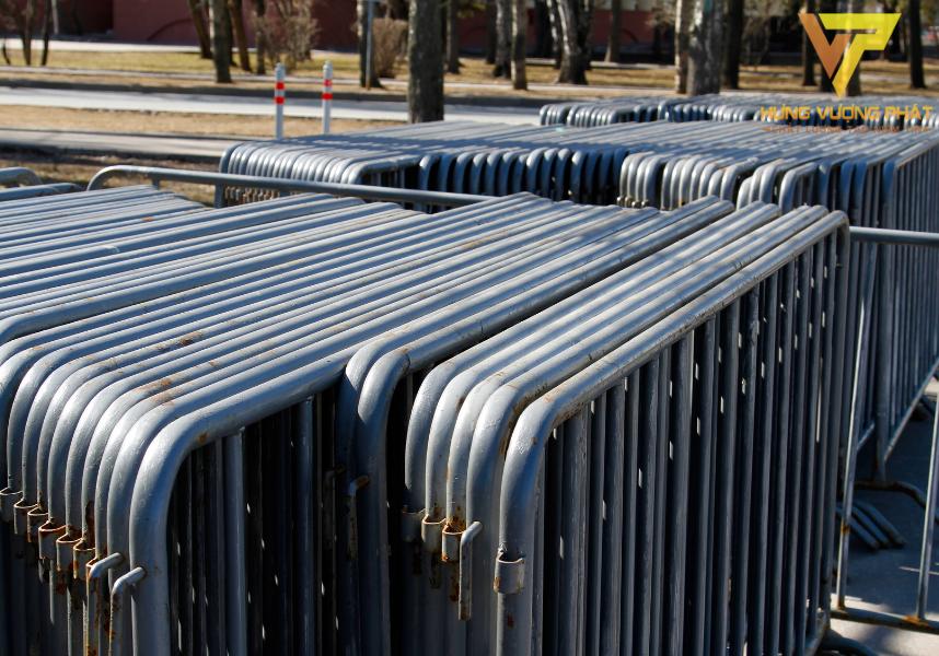 Hàng rào xếp di động có khả năng di chuyển linh hoạt và xếp gọn vào một góc khi không cần đến.