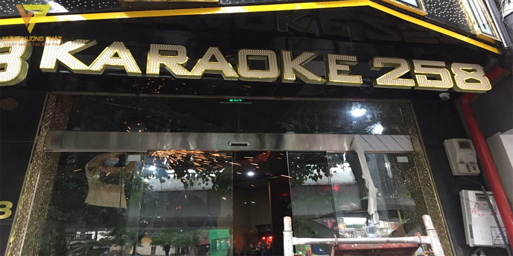 Lắp cửa lùa ra vào tại Karaoke 258 Trần Khát Chân