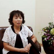 Bà Văn Quỳnh Giao Hiệu trưởng trường THCS-THPT Lương Thế Vinh khách hàng lắp bộ cổng xếp hợp kim nhôm
